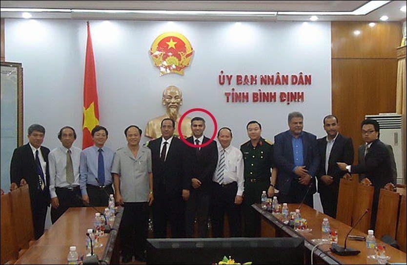 UT PÅ TUR: Her poserer den utpekte svindelbakmannen Umar Farooq Zahoor(rød ring)sammen med ledelsen i provinsen Binh Dinh foran en byste av Vietnams landsfader, Ho Chi Minh. Norskpakistaneren ble omtalt som en arabisk investor da han besøkte Vietnam i slutten av august. Foto: kktbinhdinh.vn