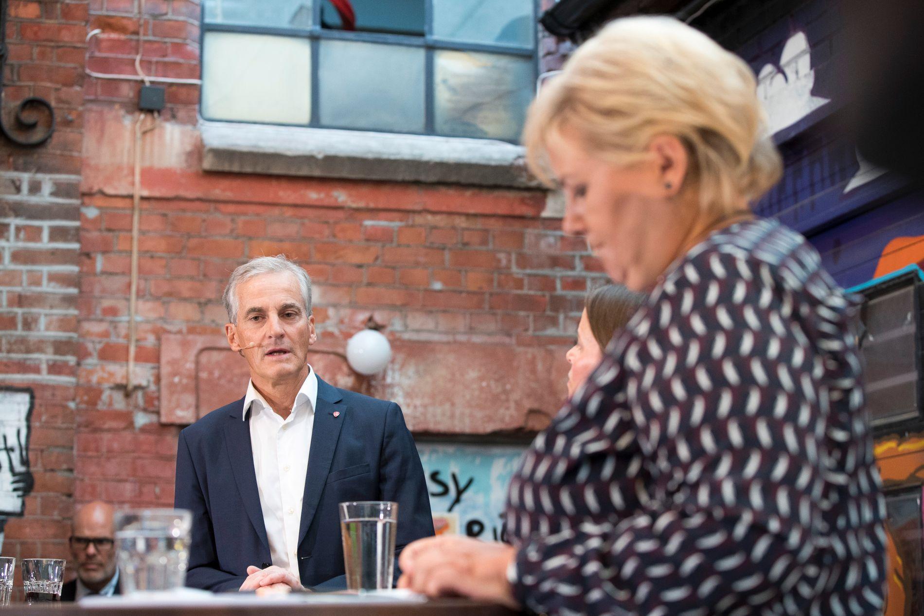 POLITIKERDUELL: Statsminister Erna Solberg (H) og partileder Jonas Gahr Støre (A) møttes til duell mandag kveld. Bildet er fra forrige gang de møttes til duell, for en uke siden.