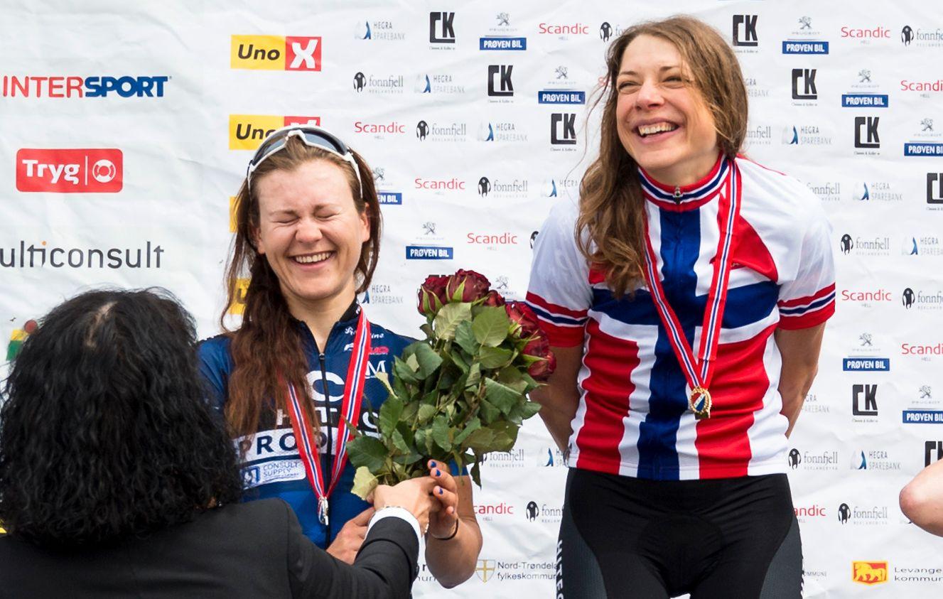 TRÅKKER TIL: Vita Heine (t.h.) og Katrine Aalerud skal til VM som går siste uken i september. Her etter landeveisrittet i sykkel-NM i 2017, Heine vant foran Aalerud.