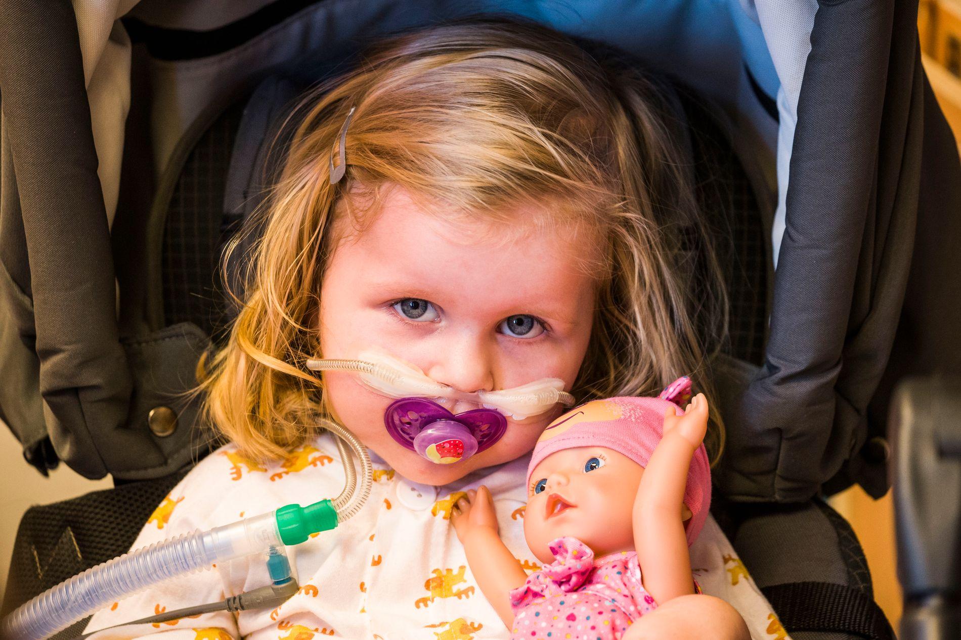 STADIG SYKERE: Mens andre barn på hennes alder lærer å gå og løpe, blir Thea svakere. Hun har den sjeldne sykdommen SMA, som svekker viktige funksjoner i kroppen. Den lille jenta er avhengig av pustehjelp.