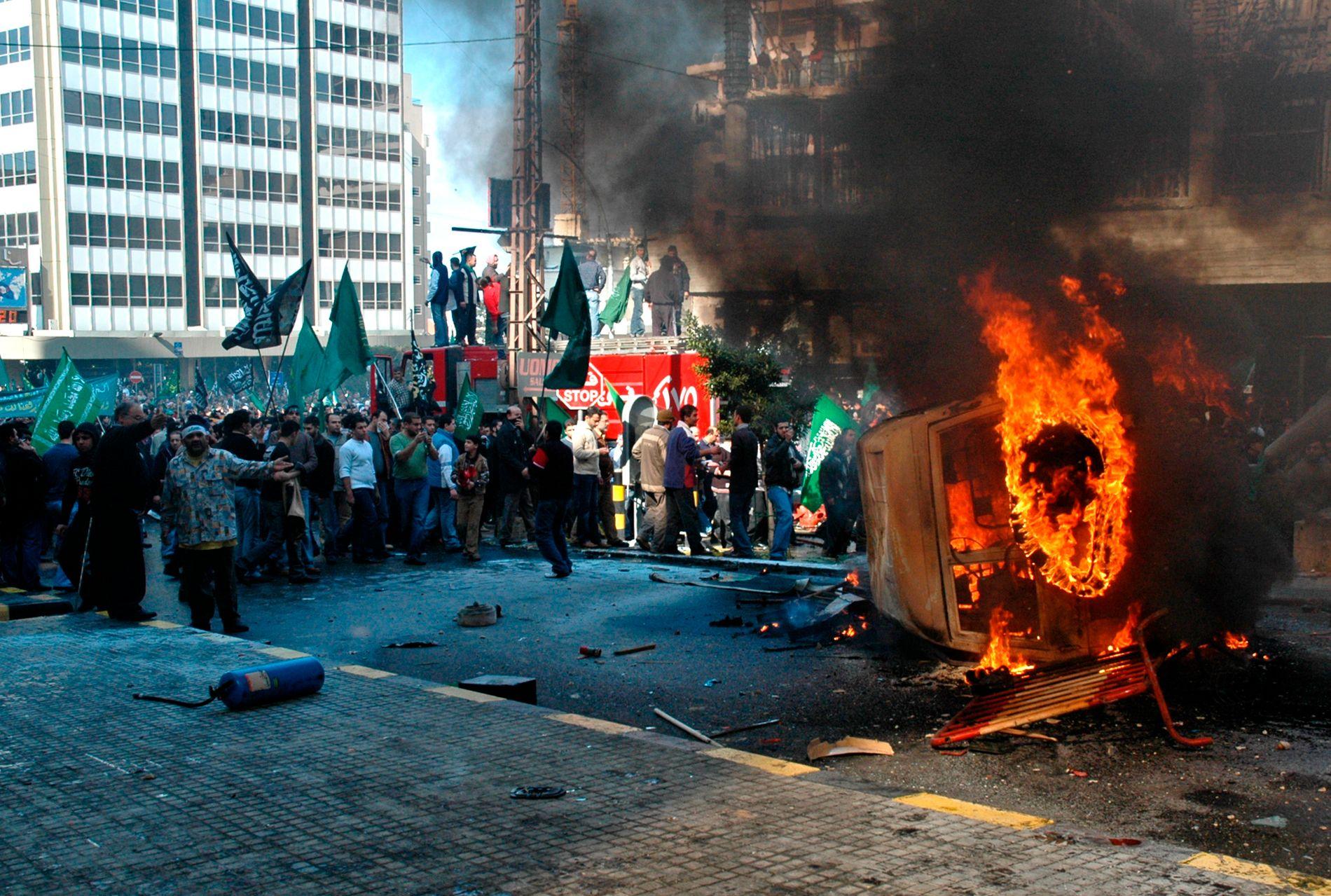 STORE DEMONSTRASJONER: Protestene mot Muhammed-karikaturene spredte seg utover Midtøsten i 2006. Her har demonstranter satt fyr på et dansk bygg i Beirut, dagen etter den norske ambassaden i Damaskus ble stormet.