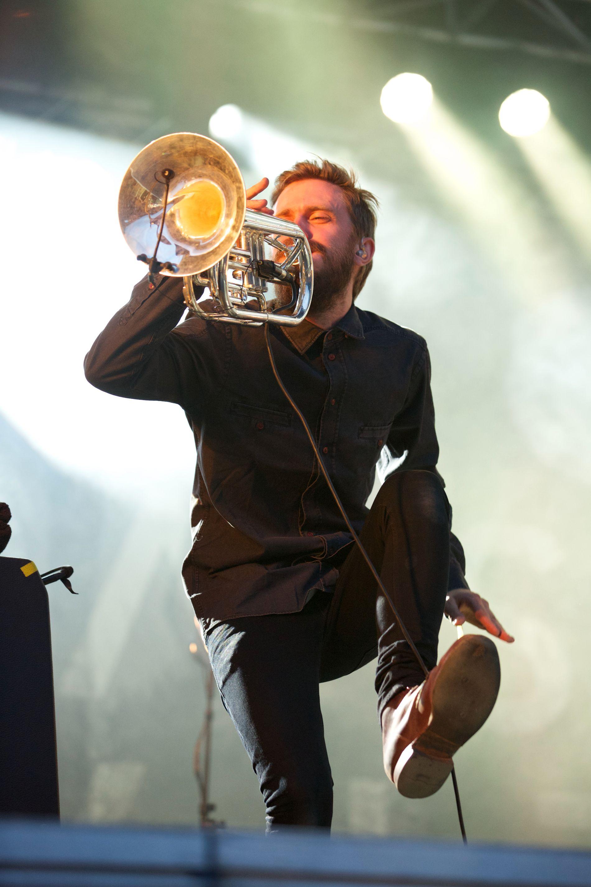 BLÅSER I DET: Kristoffer Lo på scenen med Highasakite i 2014. Foto: GETTY IMAGES