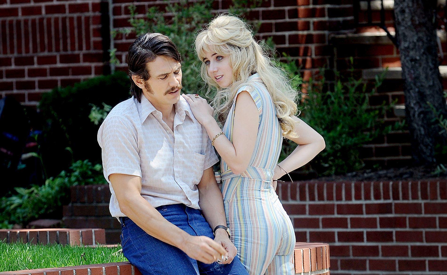 INNSPILLING: James Franco og Zoe Kazan på innspillingen av «»The Deuce» i New york i juli.