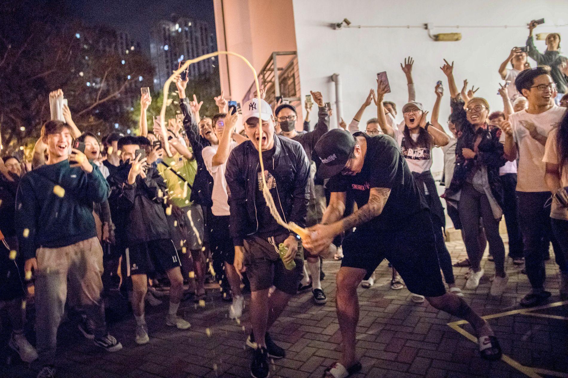 FEIRER: Demonstranter i Hongkong feiret valgresultatet.