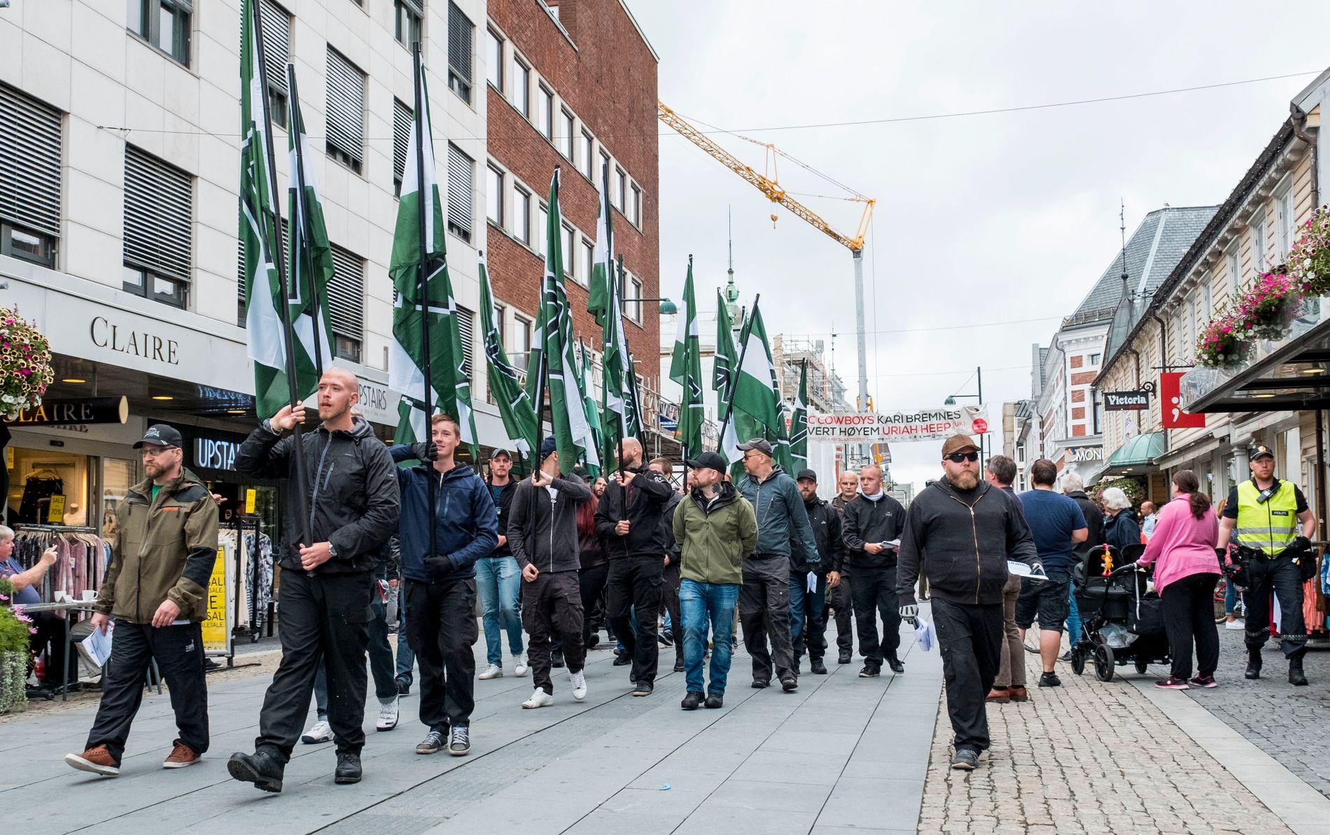 I MARKENS GATE: I frykt for gateslagsmål lot politiet i Agder høyreekstreme få demonstrere i Kristiansands paradegate Marken lørdag. Dette til tross for at demonstrantene ikke hadde innhentet tillatelse.