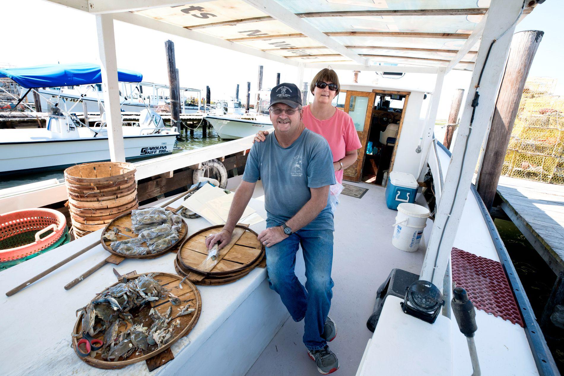 EKTEPAR: Jamie Crockett er krabbefisker. Seks dager i uken er han på sjøen for å hente innholdet i teinene. Her sammen med kona Charlene, som hjelper til.