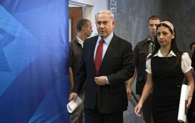 VARSLER ANGREP: Israels statsminister Benjamin Netanyahu fotografert på vei til et kabinettmøte i Jerusalem søndag.