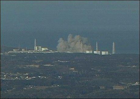 EKSPLOSJON: Her eksploderer en bygning på atomkraftverket Fukushima. Foto: AP