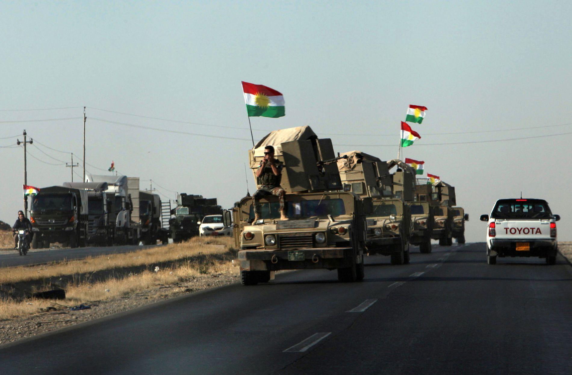 MOT SØR: Kurdiske peshmerga-styrker kjører sørover mot grenselandsbyen Altun Kupri fredag.