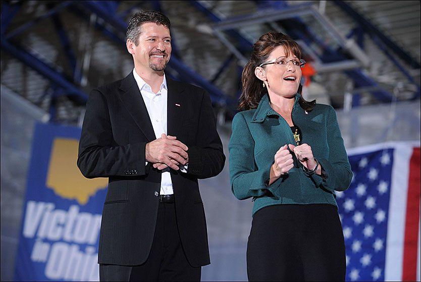 c67be508 VELKLEDT: Sarah Palin og familien har vært ulastelig antrukket gjennom hele  valgkampperioden. Her med ektemannen Todd på et møte i Ohio.