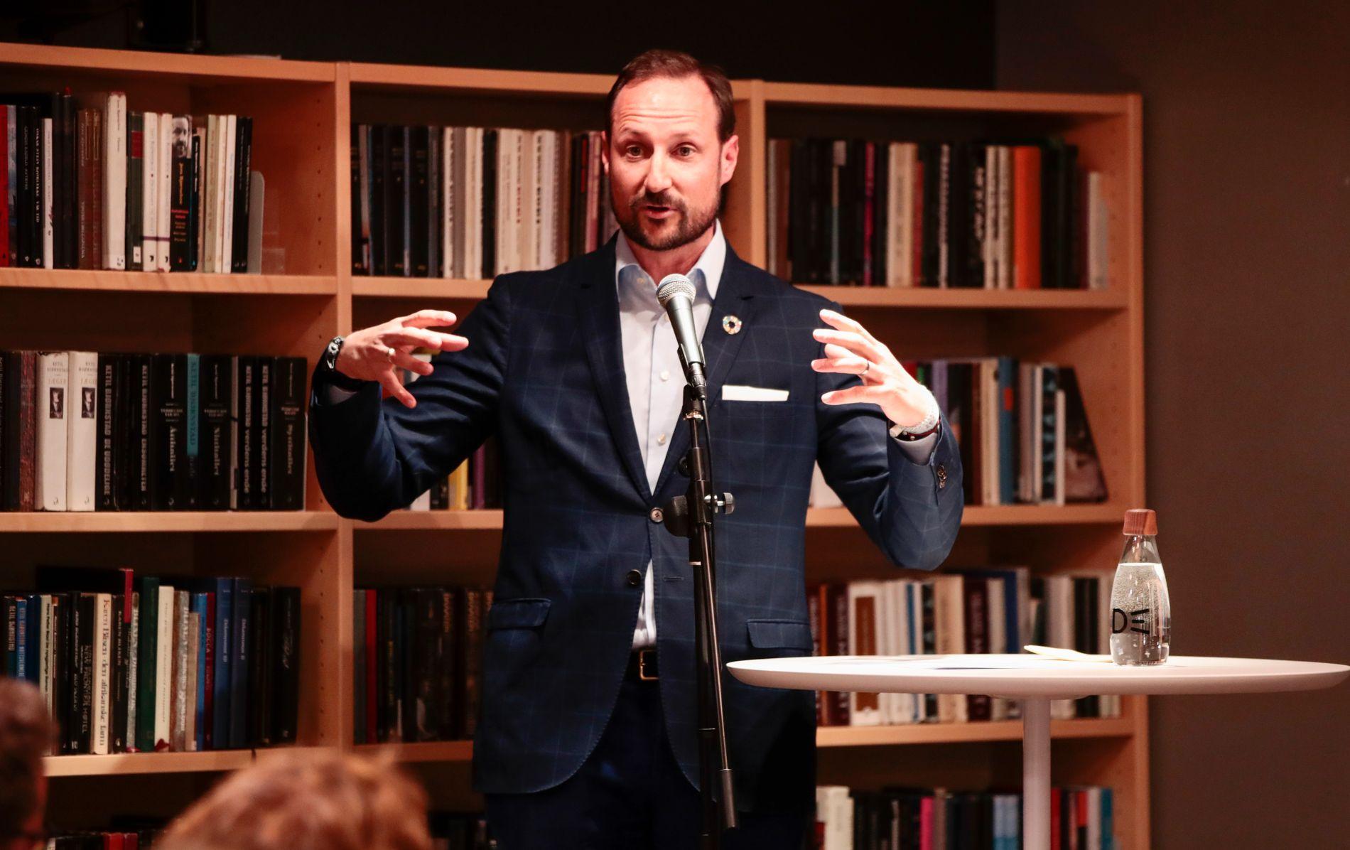 STEPPET INN: Kronprins Haakon er med på «Bokbanen», og innledet en forfattersamtale onsdag.