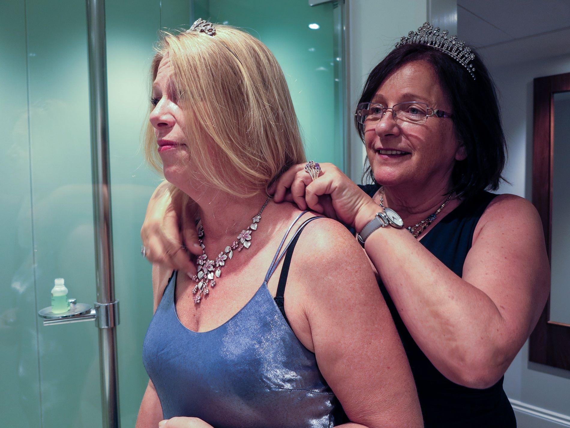 PYNTER SEG: Irene Presterud hjelper Hilde Rossing med smykkene de har tatt med til England. Foto: Mona Langset