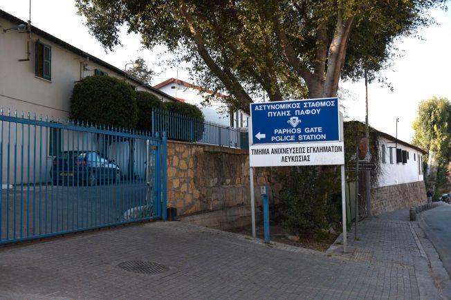 HER BLIR DE AVHØRT: På denne politistasjonen i sentrum av Nicosia ble nordmennene avhørt i går og i natt. I avhørsrommet ble de voktet av væpnet politi.