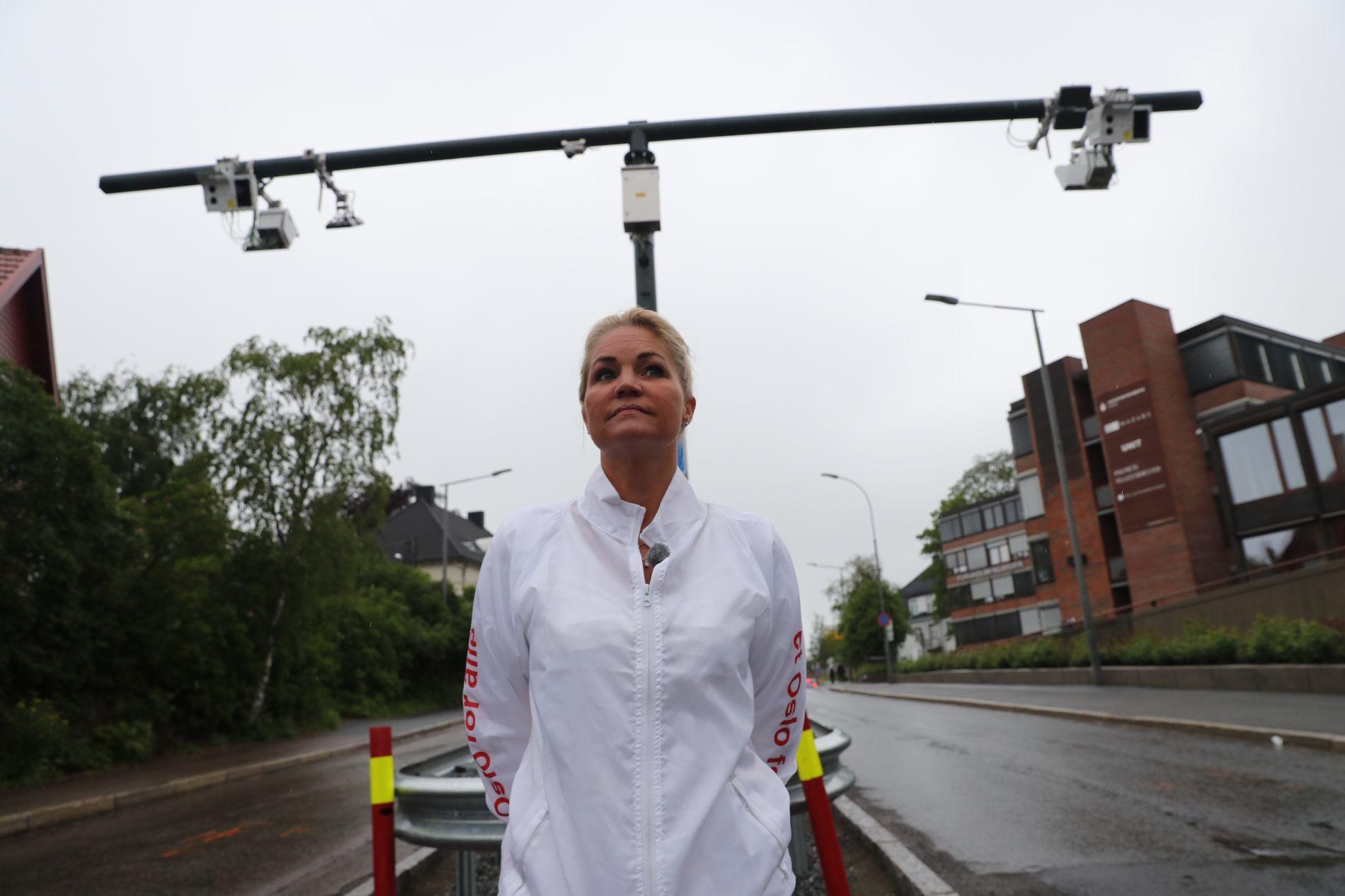 BOM-BOOM: Et eksempel på de mange nye bomstasjonene i den nye, indre bomringen i Oslo. Cecilie Lyngby fra bompengeaksjonen/bompengepartiet er en av mange som har protestert mot bommene som Fjellinjen har ansvaret for.