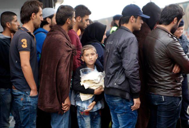 I ØSTERRIKE: På stasjonen i Nickeldorf, rett over grensen fra Ungarn, stiller flyktninger seg i kø for å ta tog videre til Tyskland.