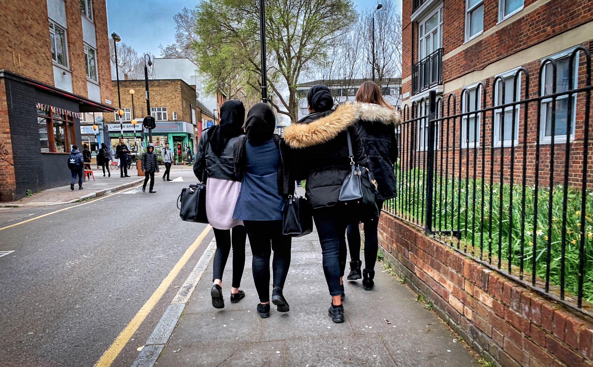 SKOLEN: Dagen på Mulberry Academy Shoreditch er over og elevene går hjemover. Jentene i bildet er elever på skolen og har ingen tilknytning til Shamima Begum.