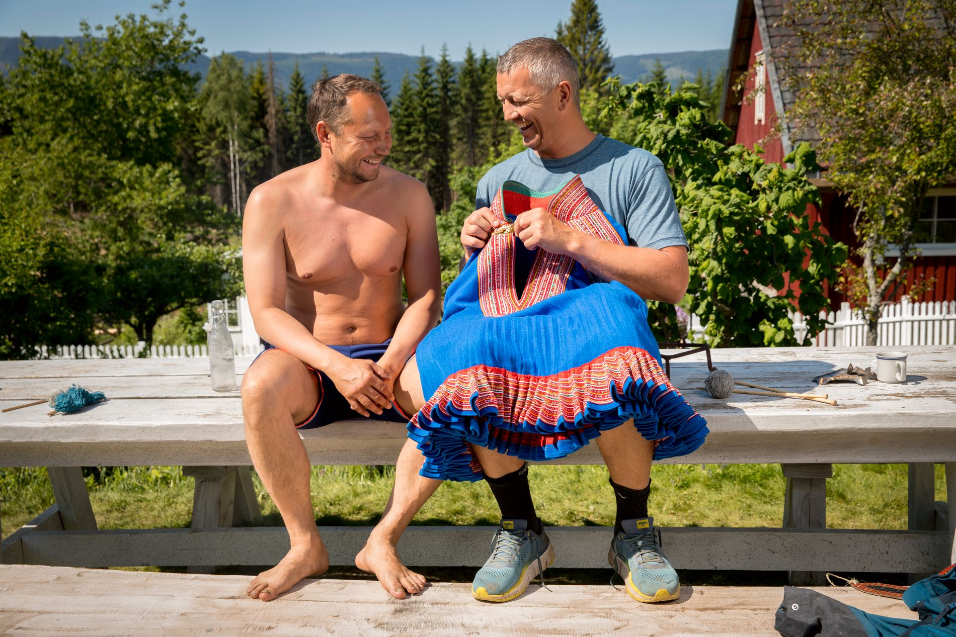 SMILTE OG LO: Stemningen var god mellom Ole «Lukkøye» Klemetsen og Ronald Pulk. Men det var ikke alle som kom like godt overens inne på gården.