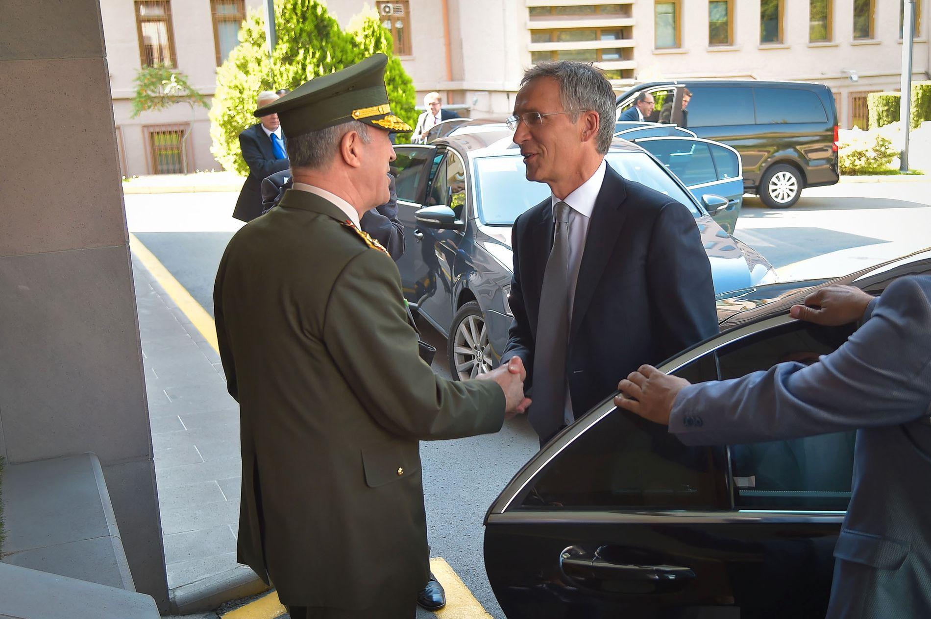 SER TIL TYRKIA: NATOs generalsekretær Jens Stoltenberg og den tyrkiske forsvarssjefen, general Hulusi Akar.