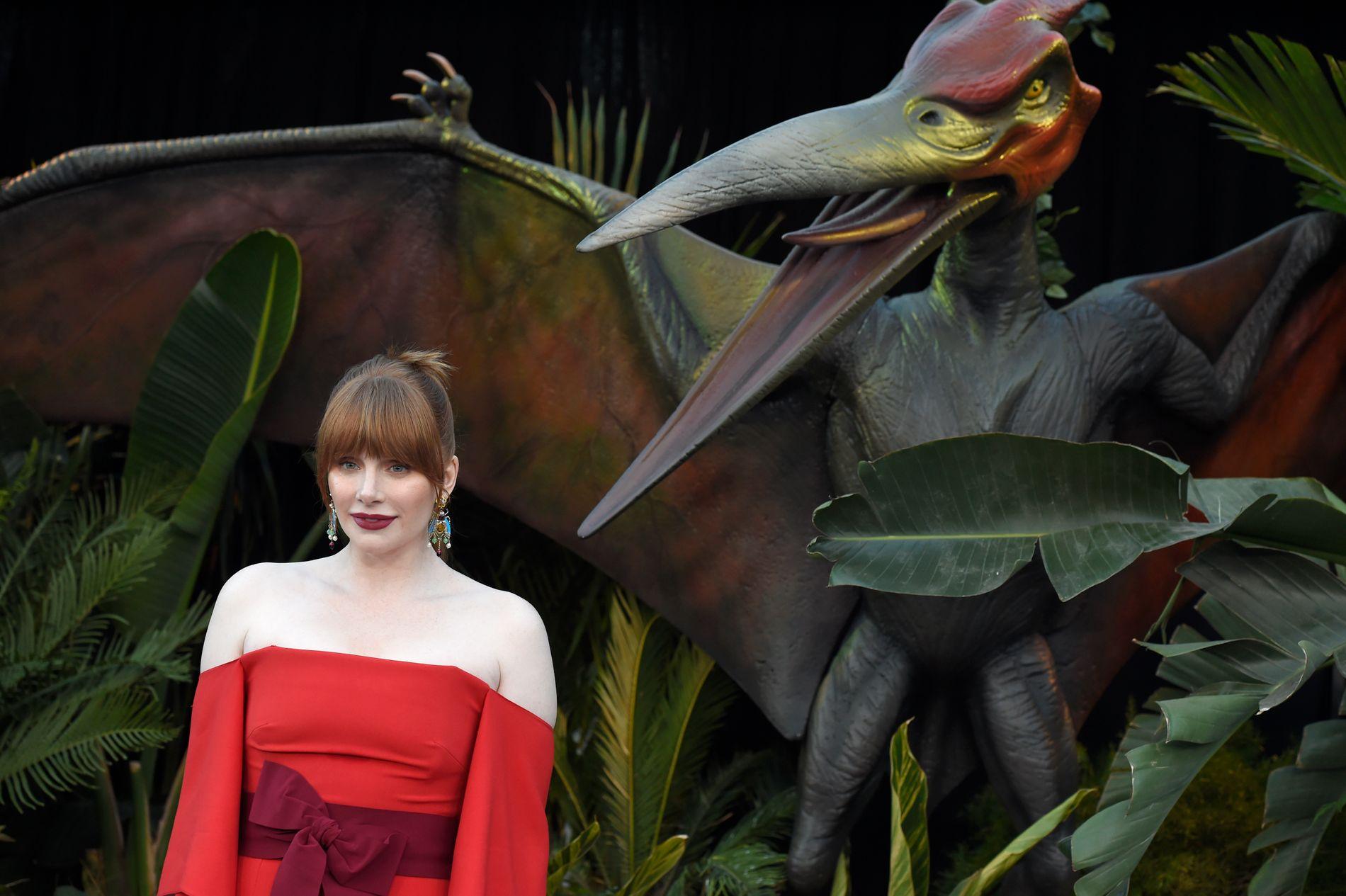 JAGET: Bryce Dallas Howard byttet på å jage og bli jaget av dinosaurer i «Jurassic World: Fallen Kingdom». Her på Los Angeles-premieren i juni 2018.