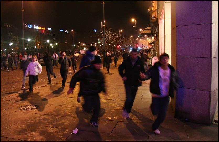 UTE AV KONTROLL: Med politiet i hælene, knuste demonstrantene vinduer langs Karl Johan. Kun 10 av dem risikerer straff. Foto: Dennis Ravndal