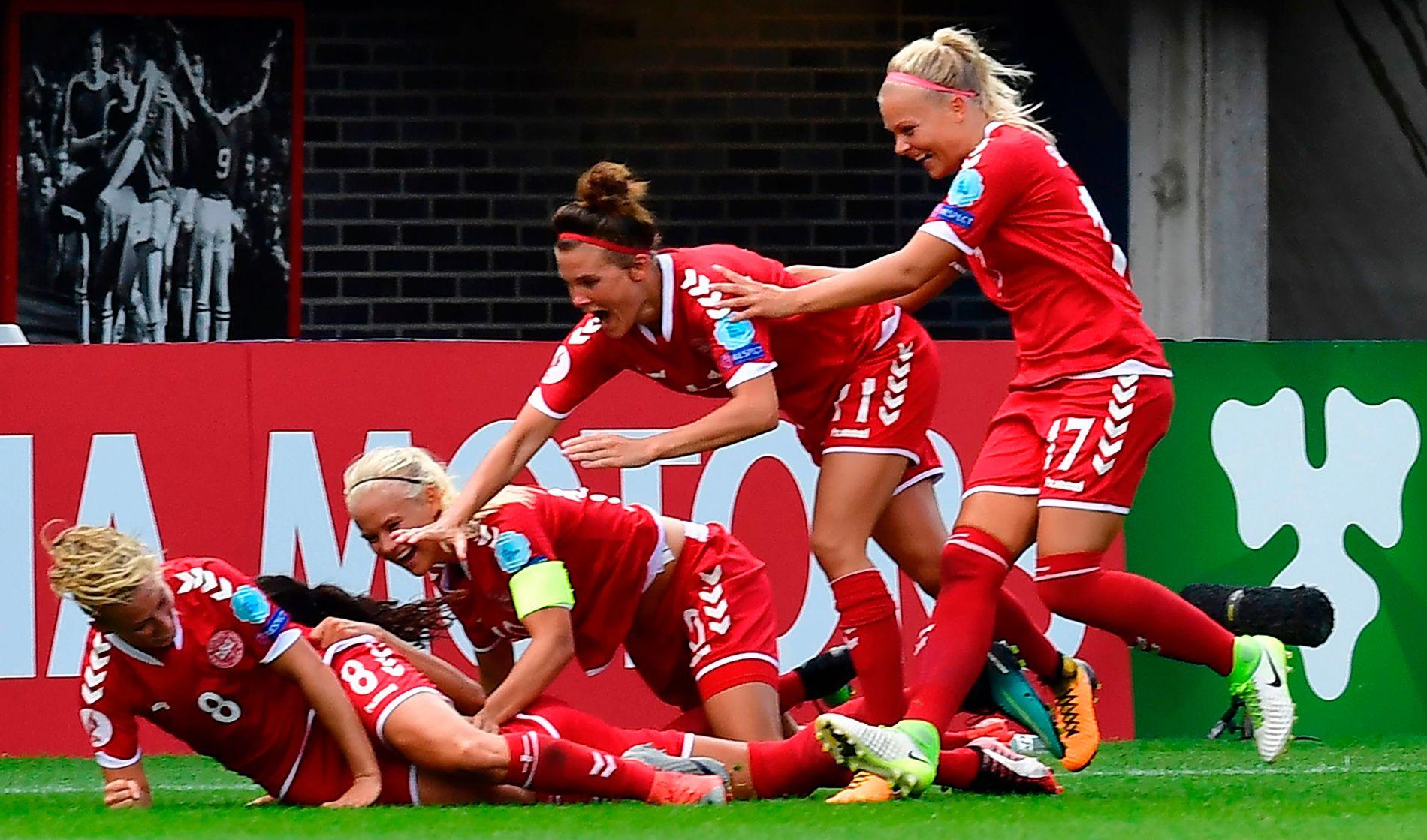 AVGJØRELSEN: Theresa Nielsen har avgjort og blir gratulert av de andre danske jentene. EM-sensasjonen er et faktum: tittelforsvarer Tyskland er ute.