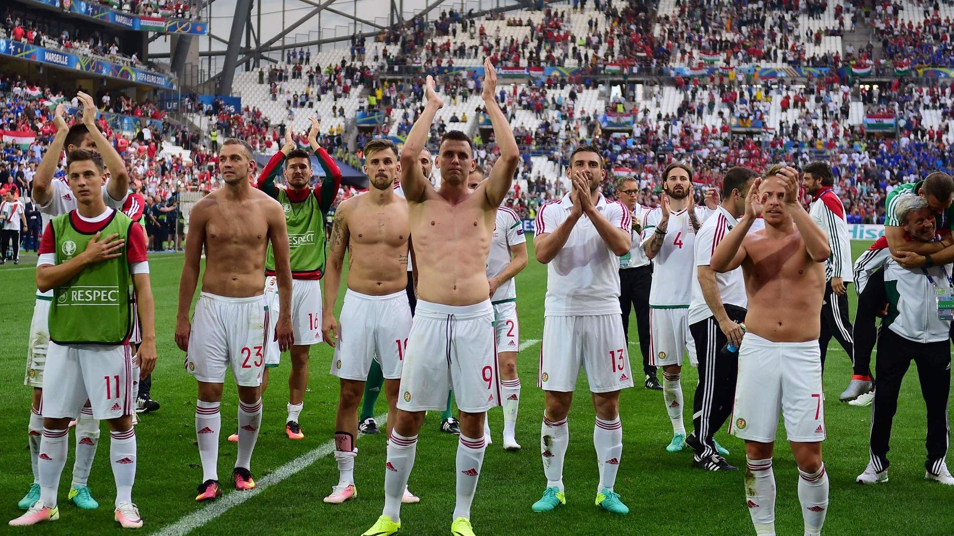 FEIRRER: Her jubler Ungarn-spillerne etter 1-1 mot Island på Stade Velodrome.