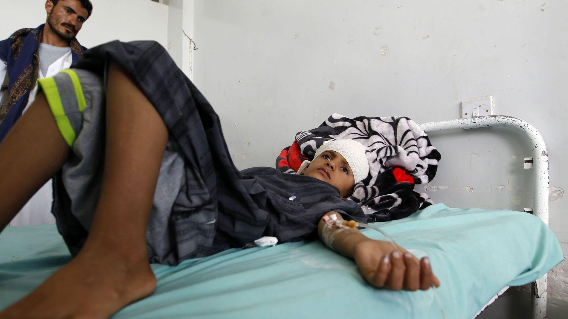 RAMMET AV ANGREP: Denne jemenittiske gutten ble såret da den Saudi-ledede koalisjonen skal ha utført et luftangrep mot en skole i en nordlig del av Jemen i fjor sommer. Angrepet skal ha drept ti barn, ifølge Leger uten grenser, skriver AFP.