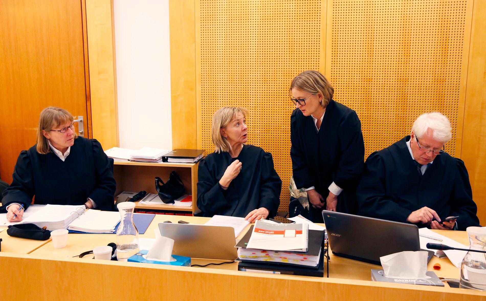 OMFATTENDE SAK: To 20 år gamle menn fra Oslo var i Oslo tingrett tiltalt for flere voldtekter tilbake i tid. I sal 327 forklarte de seg i slutten av november. På motsatt side av rommet sitter aktor Torunn Gran sammen med bistandsadvokatene til tre av de fornærmede: Gunhild Bergan, Ann Cathrin Egeberg og Tom Erik Medalen.
