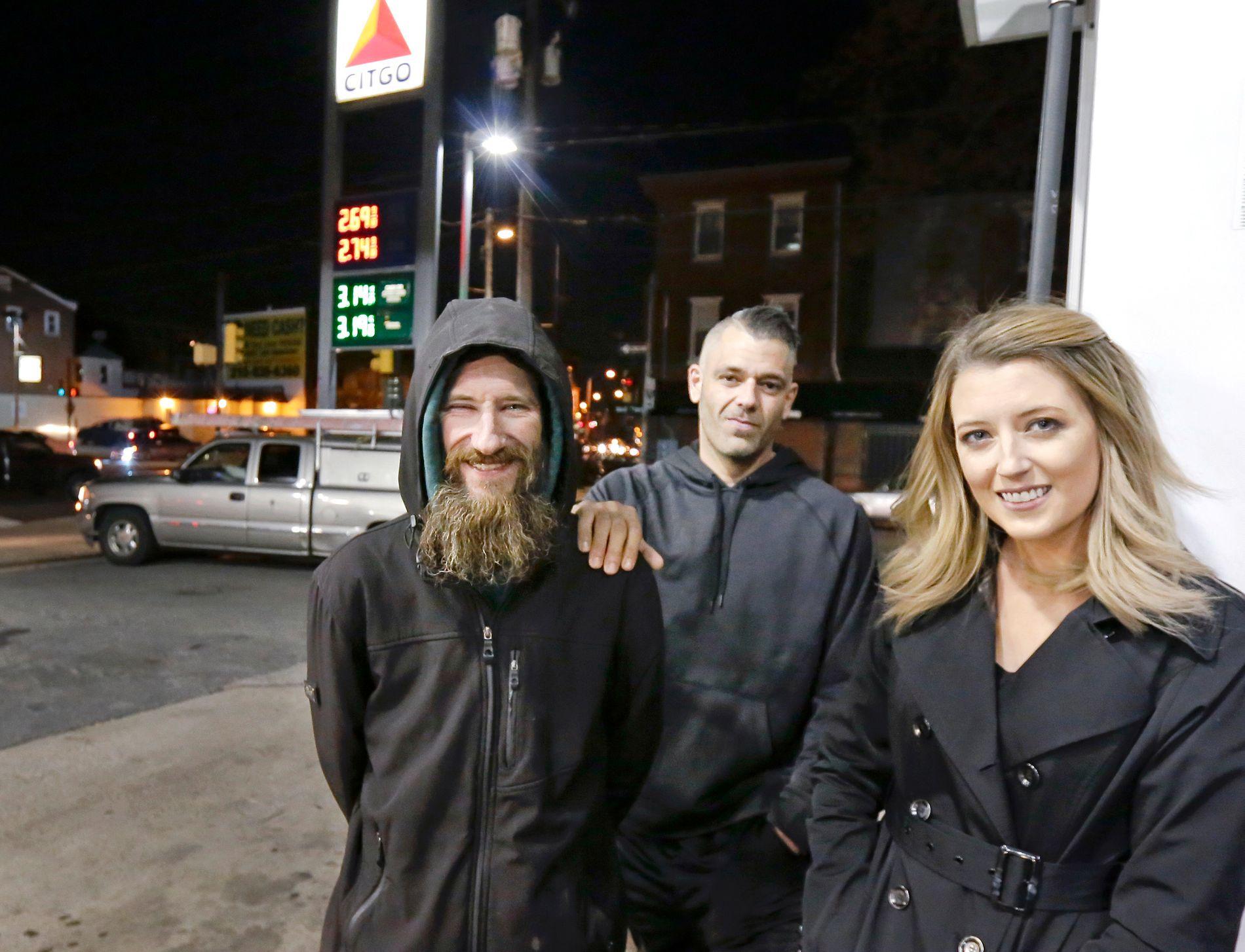 GIKK VIRALT: 14.000 mennesker bidro til å samle inn penger til hjemløse Johnny Bobbitt jr. (til venstre). Nå har pengene forsvunnet, og Mark D'Amico og Kate McClure er anklaget for å bruke alle pengene selv.