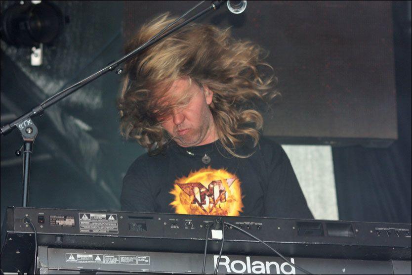 TAPTE KAMPEN: Dag Stokke spilte sammen med TNT siden 1987. Her er han i aksjon på scenen med bandet. Foto: Petter Stene