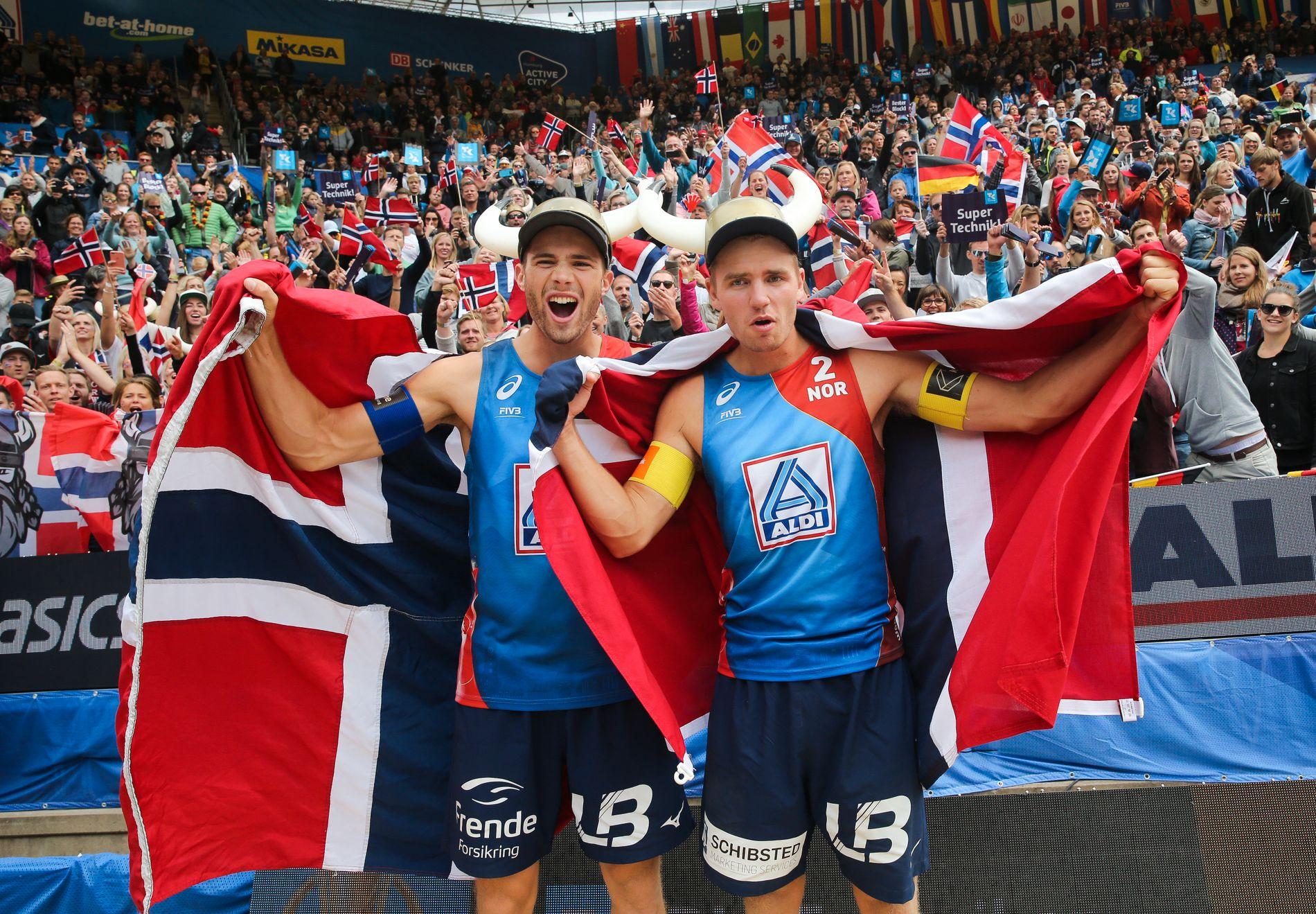 FRA BRONSE TIL GULL: Mol og Sørum jublet på denne måten etter at de tok VM-bronse i Hamburg i starten av juli.