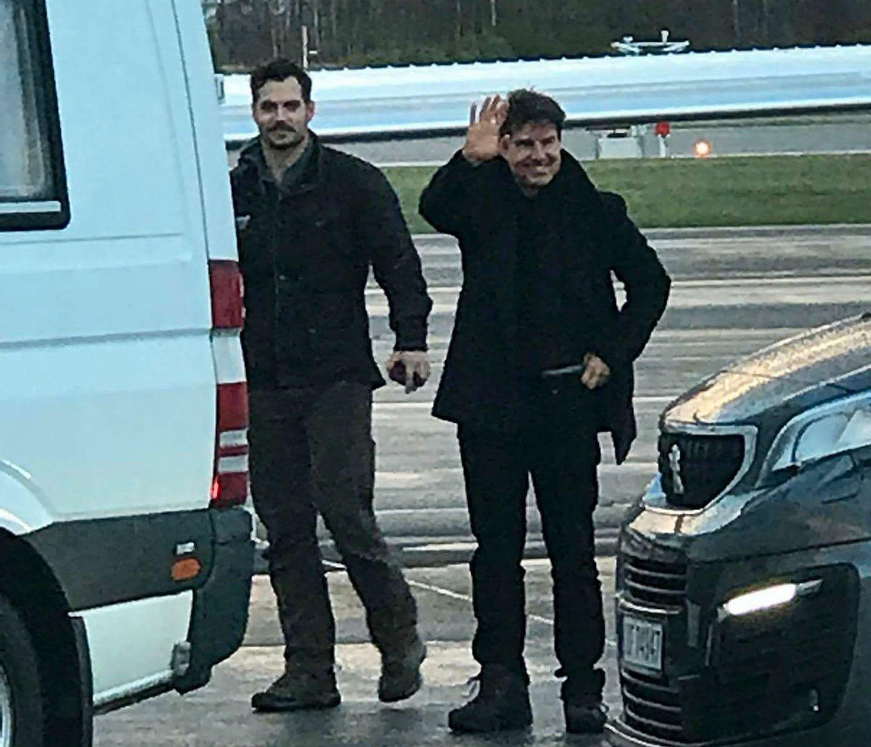 TAKK FOR NÅ: Skuespillerne Henry Cavill og Tom Cruise tar farvel med Norge etter en uke med filminnspilling på Preikestolen.