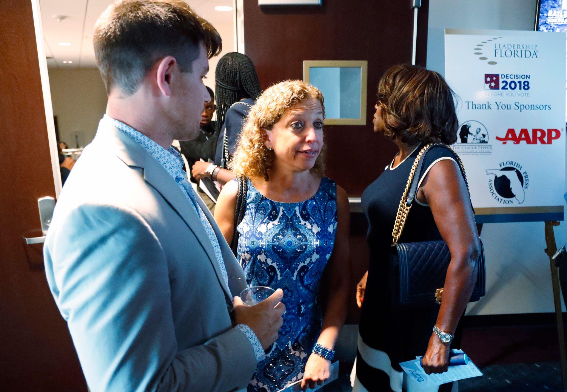UTSATT: Florida-demokraten Debbie Schultz (midten) er en av de syv personene som har mottatt brevbomber i USA den siste uken.