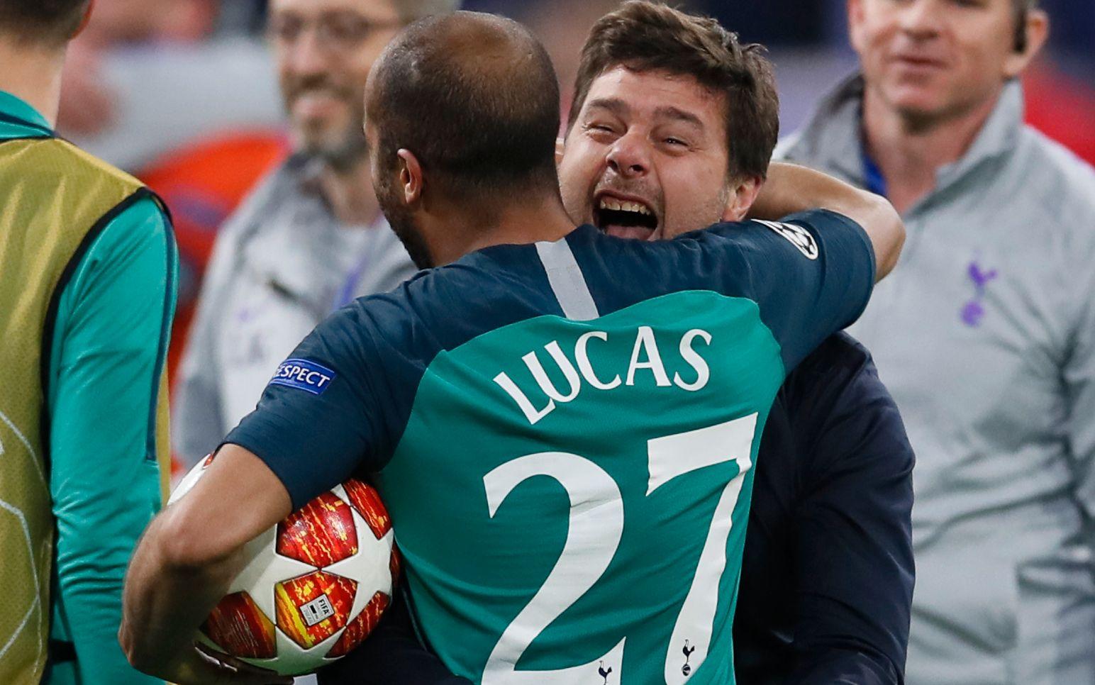 EUFORISK: Mauricio Pochettino kastet seg i armene på tremålsscorer Lucas Moura etter at drama-seieren var sikret.