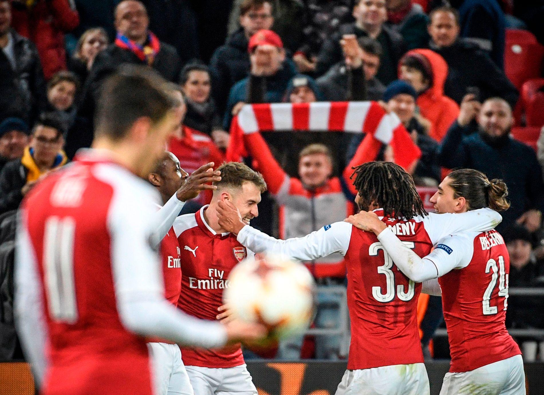 JUBEL: Arsenal-spillerne feirer scoring i Moskva torsdag kveld. London-laget slo ut CSKA med sifrene 6–3.