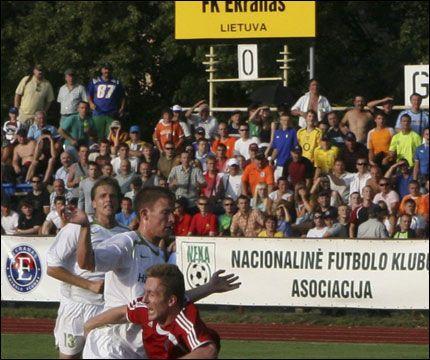 TILROP: Publikum følger med når Dan Thomassen feller Egidijus Varnas, men spilte selv hovedrollen senere i kampen. Foto: Scanpix