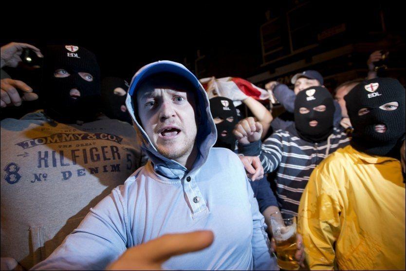 DEMONSTRERTE: Medlemmer fra den høyreekstreme gruppa English Defence League kastet blant annet stein mot en lokal moské i Woolwich i London. Mannen i midten er Tommy Robinson, lederen for EDL. Foto: Afp