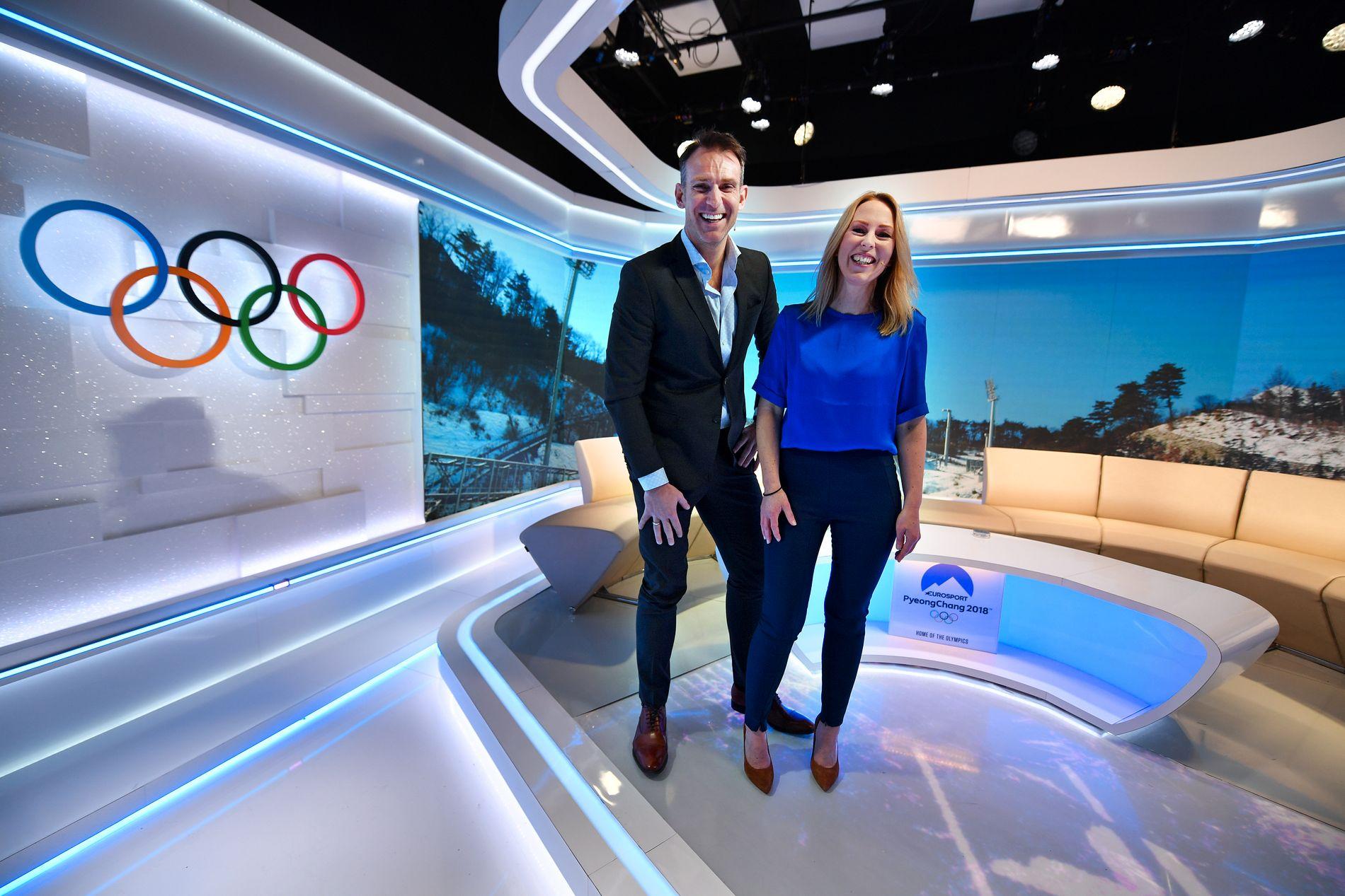 PÅ PLASS: Programlederne Carstein Skjelbreid og Anne Sturød i studio i Pyeongchang få dager før OL starter i Sør-Korea.