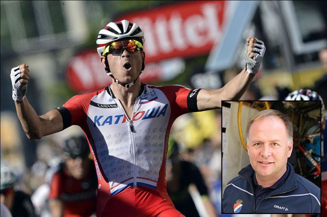 SUKSESS-DUO: Alexander Kristoff, her under én av sine to etappeseirer i Tour de France, har i en årrekke samarbeidet tett med trener og stefar Stein Ørn (innfelt).