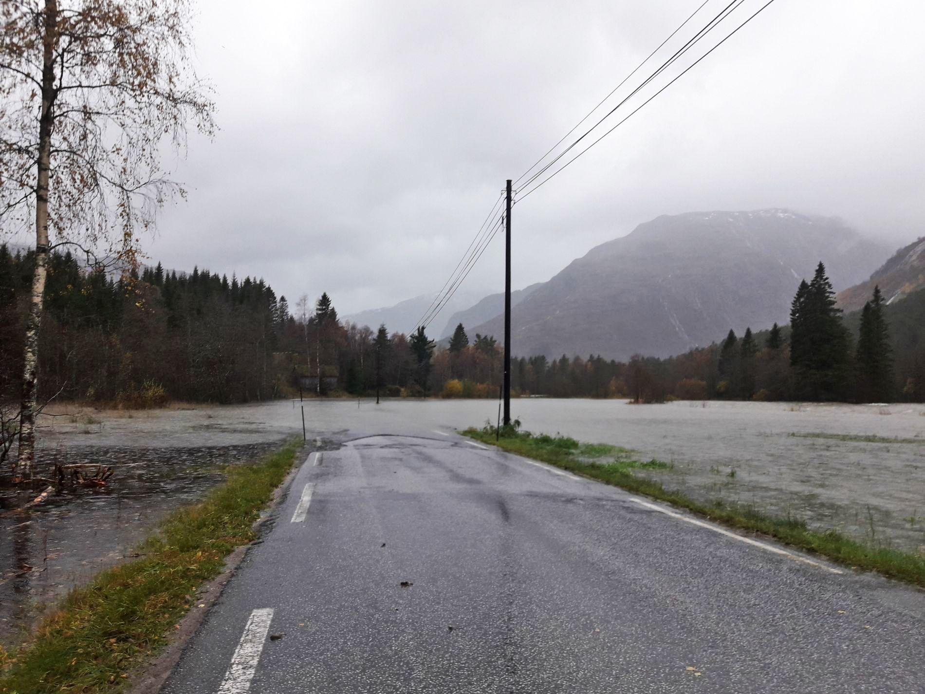 I VASKEN: Lørdagshandlingen var bare å glemme for Joar Helgheim da det sto 35 cm vann på fylkesvei 453 i Stardalen i Jølster.