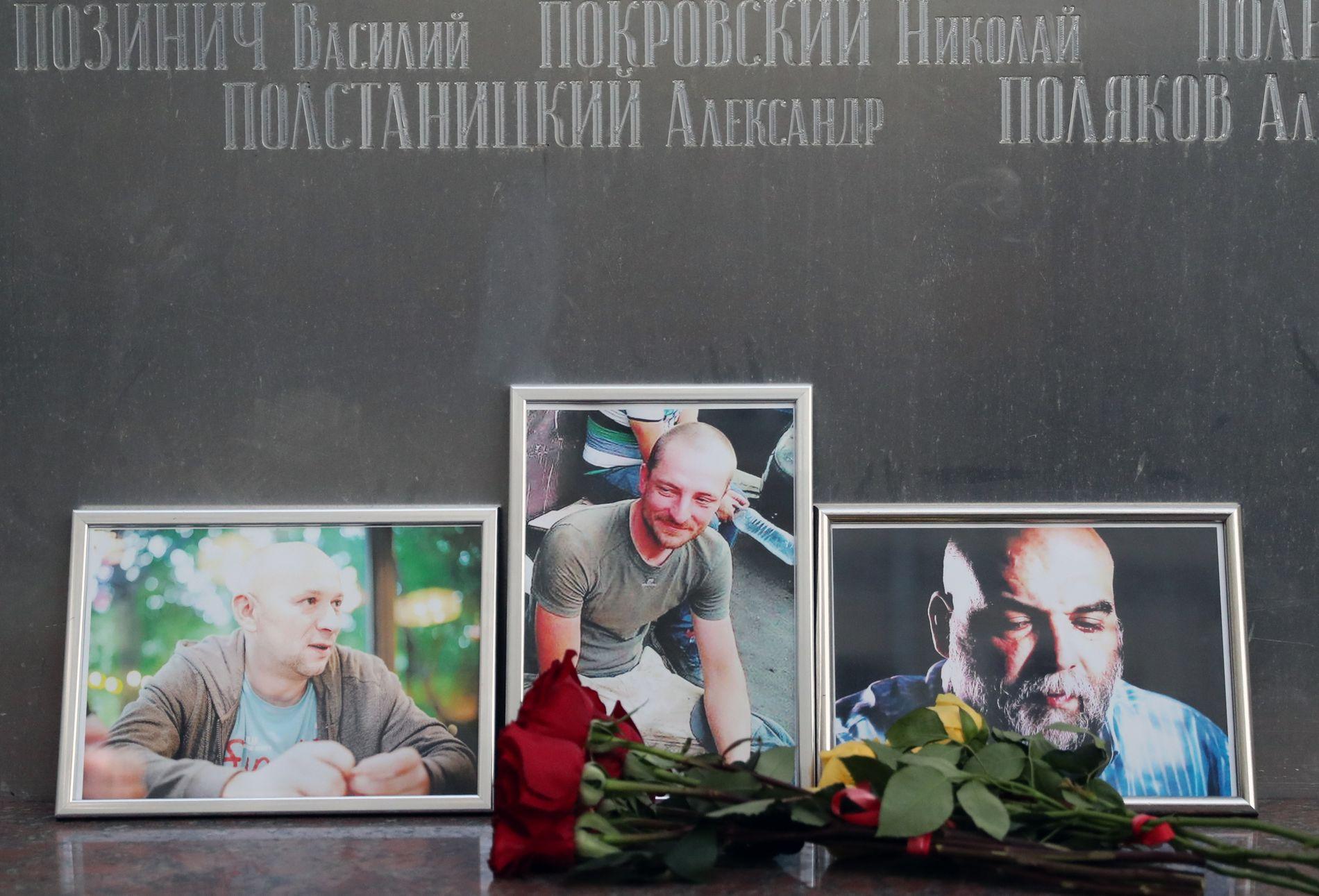 DREPT: Utenfor «Journalistenes hus» i Moskva er det satt opp bilder og lagt ned blomster til minne om de tre. Fra v.: Aleksander Rastorguev, Kirill Radtsjenko og Orkhan Dzjemal.