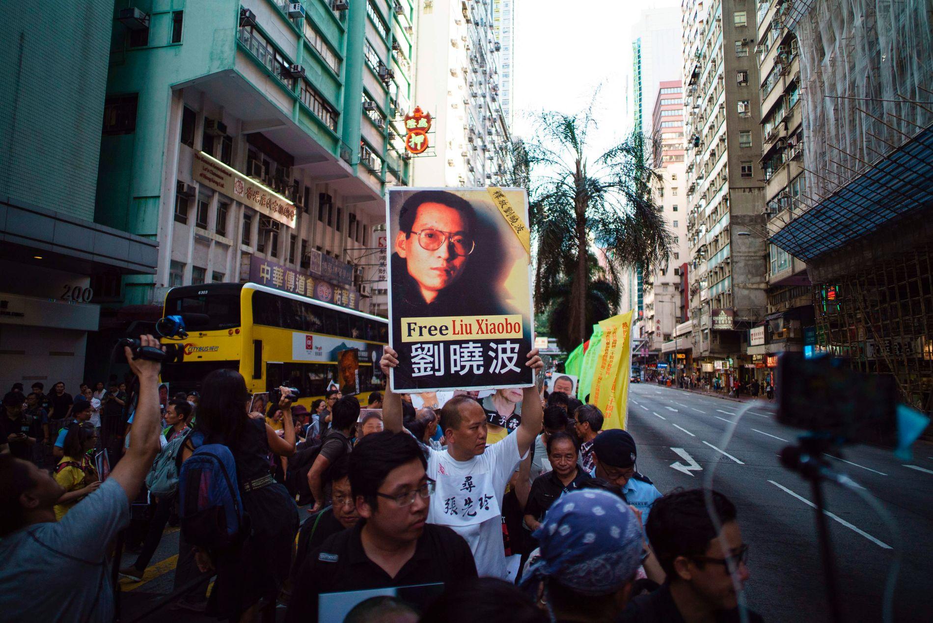 NYE PROTESTER: Fredag 30. juni var det nye protester i Hong Kong med krav om å løslate fredsprisvinner og den kinesiske dissidenten Liu Xiaobo. Samme dag gikk EU ut og krevde at Kina umiddelbart gir Liu prøveløslatelse på humanitært grunnlag.