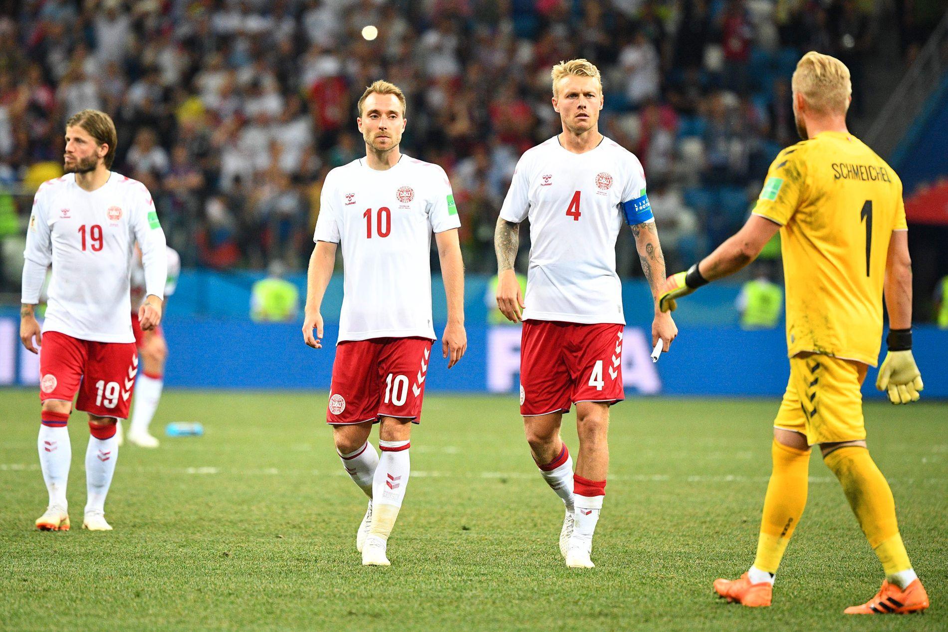 SYNDERNE OG HELTEN: Lasse Schöne (f.v.) og Christian Eriksen går mot keeperhelten Kasper Schmeichel (t.h.) etter at Danmark røk ut av VM på straffer.