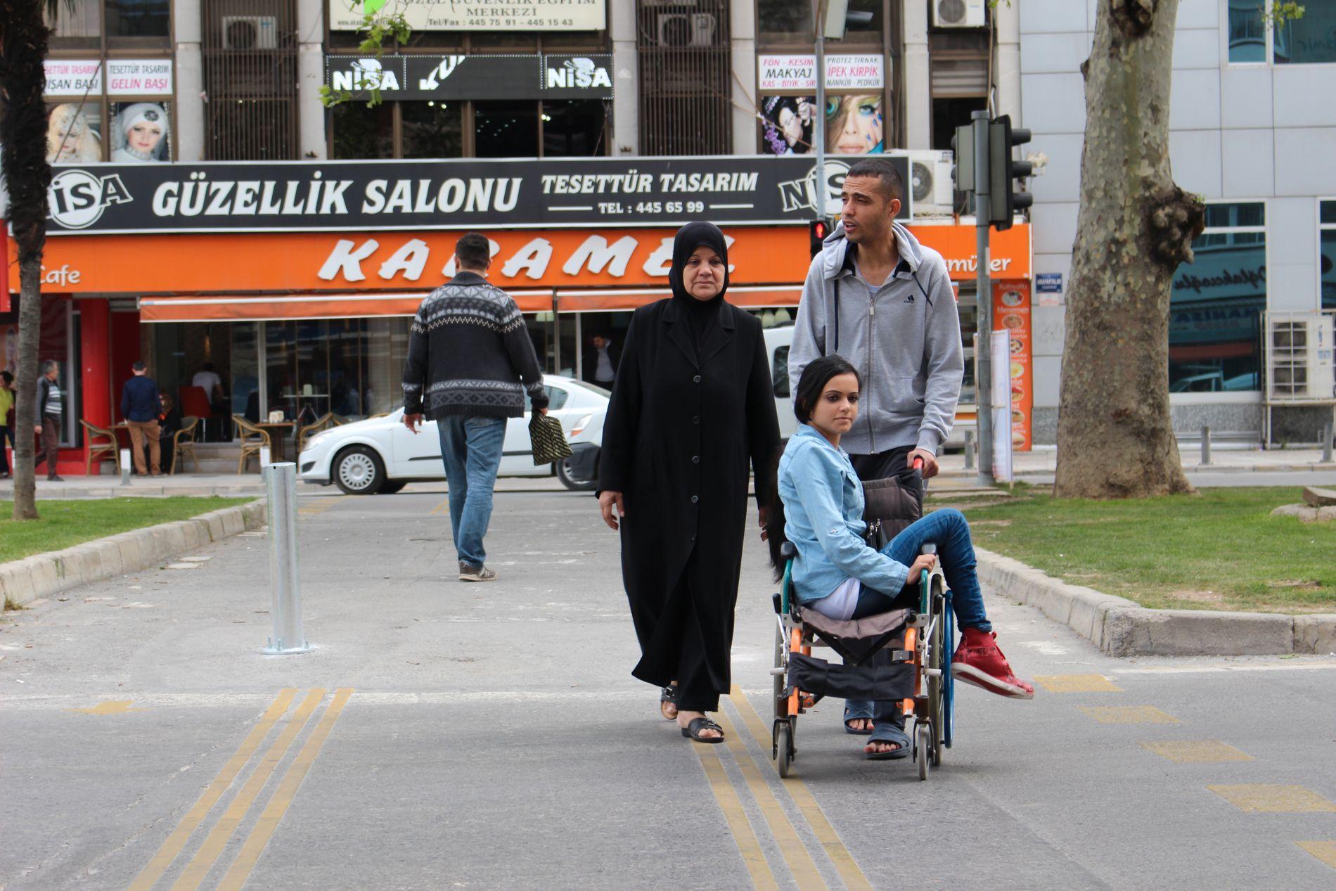 UVISS FRAMTID: Broren til Noor, Ahmed, lider også av en nervesykdom og blir lett utmattet. Moren Amal (64) kan ikke engelsk og har ingen utdannelse. Noor er på mange måter den mest ressurssterke i familien.