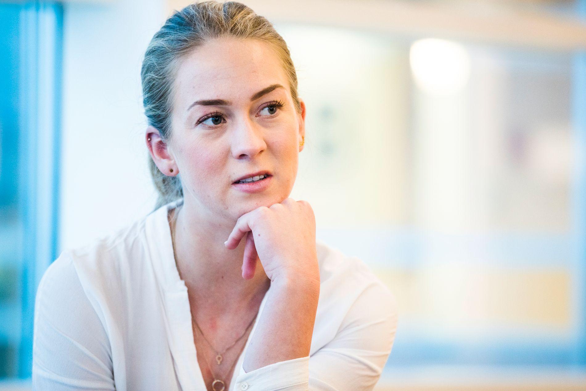STO FREM: Nylig ble journalist Ragnhild Ås Harbo (26) nominert av nettstedet Kampanje til «Årets medienavn». Juryen skriver i sin begrunnelse at «hun ga et ansikt og et navn til hundrevis av kvinner som har opplevd seksuell trakassering, og har vært med på å starte en selvransakelse i bransjen som må føre til et tryggere arbeidsmiljø for kvinner». – Denne nominasjonen gjelder ikke bare meg, men alle kvinner som har vært utsatt for seksuell trakassering, sier hun.