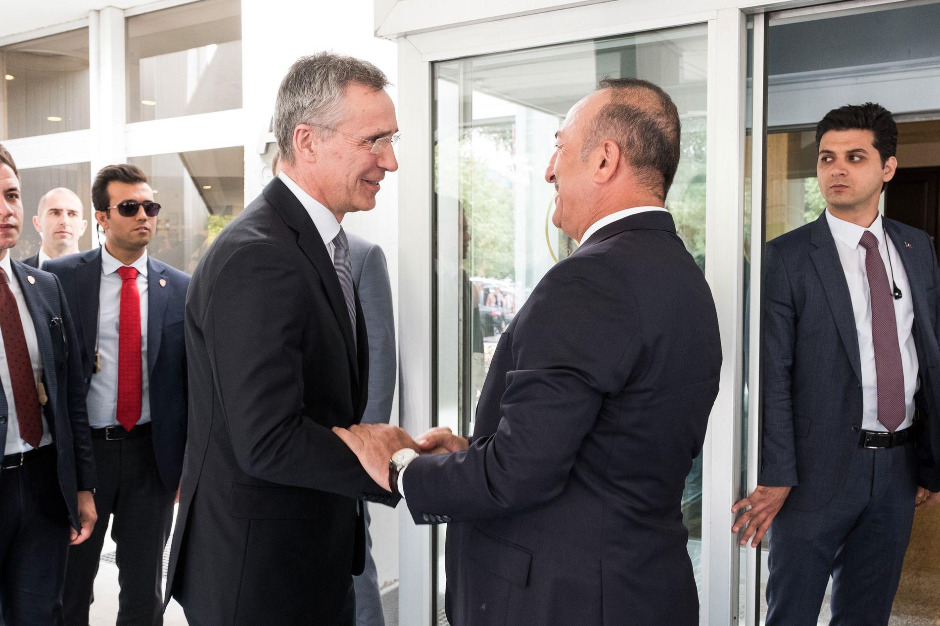 FØR MØTET: Stemningen var god da Stoltenberg og Cavusoglu smilte for fotorgrafene i forkant av møtet.