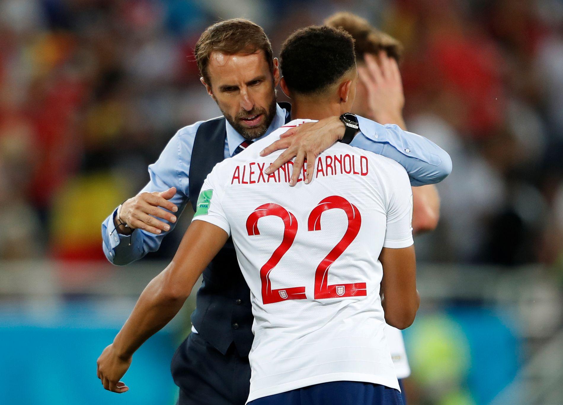 STRAFFEKLARE: England-trener Gareth Southgate vet veldig godt selv hvordan det er å ryke ut på straffer i et mesterskap. Her takker han Trent Alexander-Arnold for innsatsen mot Belgia.
