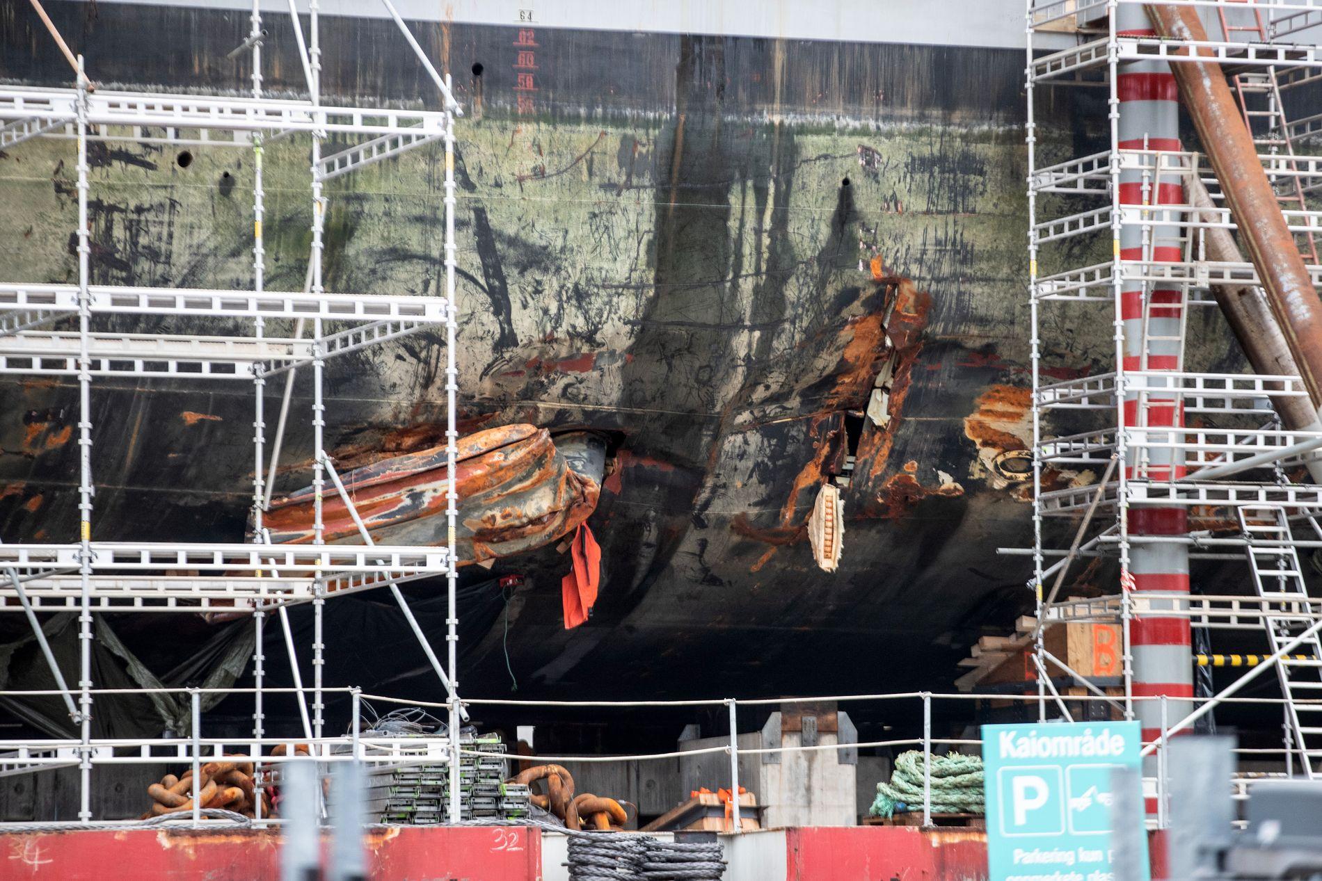 STORE SKADER: Den havarerte fregatten KNM «Helge Ingstad» hadde store skader på skroget, men ingen strukturelle skader. Her etter hevingen, ved land på marinebasen Haakonsvern.