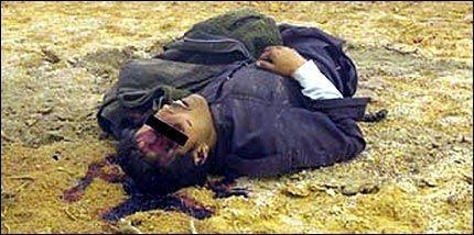 MISHANDLET: Ifølge den australske TV-kanalen SBS skal bildet vise en fange som er mishandlet av amerikanske soldater i Abu Ghraib-fengselet. Bildet skal være tatt i 2003. Foto: Reuters