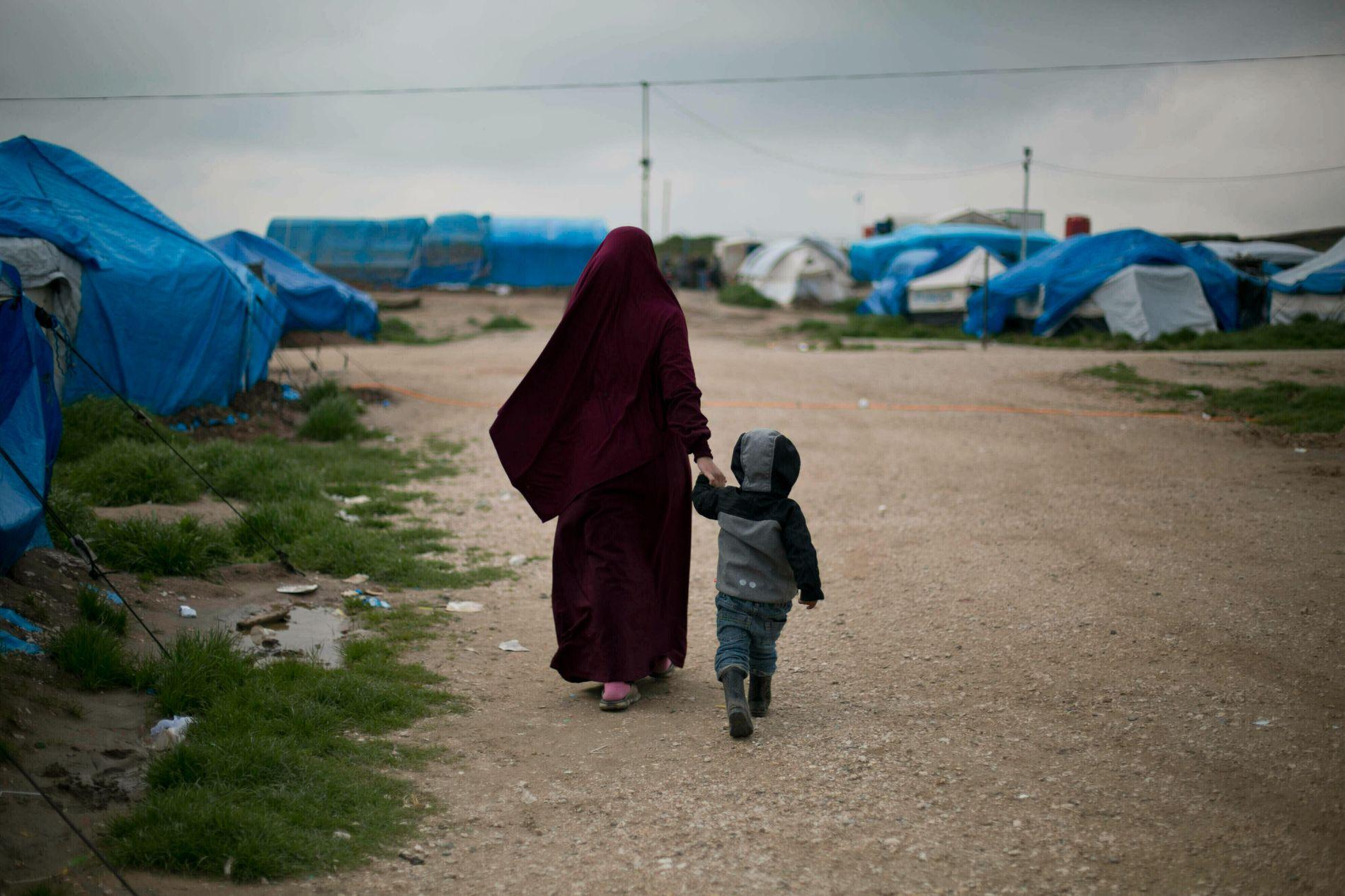 Tyskland skal ifølge tyske medier hente hjem foreldreløse barn av IS-krigere fra Syria. Bildet som er tatt i mars i år viser en belgisk kvinne og sønnen i en syrisk leir. Kvinnen er ifølge AP gift med en IS-kriger.